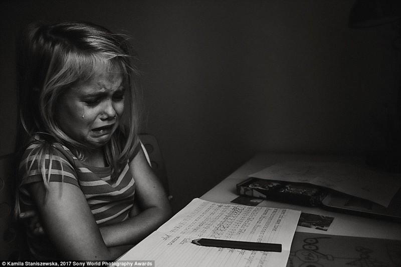 6-летняя девочка плачет над домашним заданием, Польша в мире, дети, жизнь