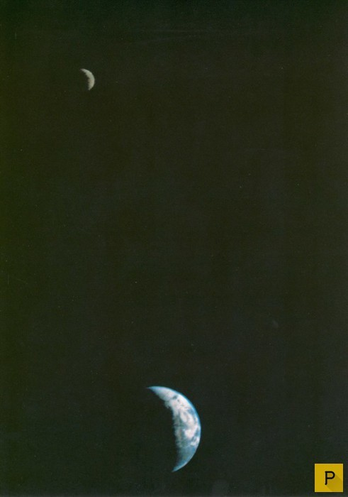 Первая в истории фотография Луны и Земли в одном кадре, которую в 1979 сделал Voyager 1 с расстояния 11,66 млн км. история, картинки, фото