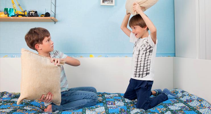 Дети бьют друг друга
