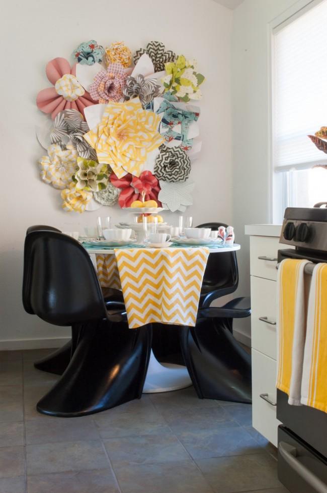 Текстильные огромные цветы на стене в кухне