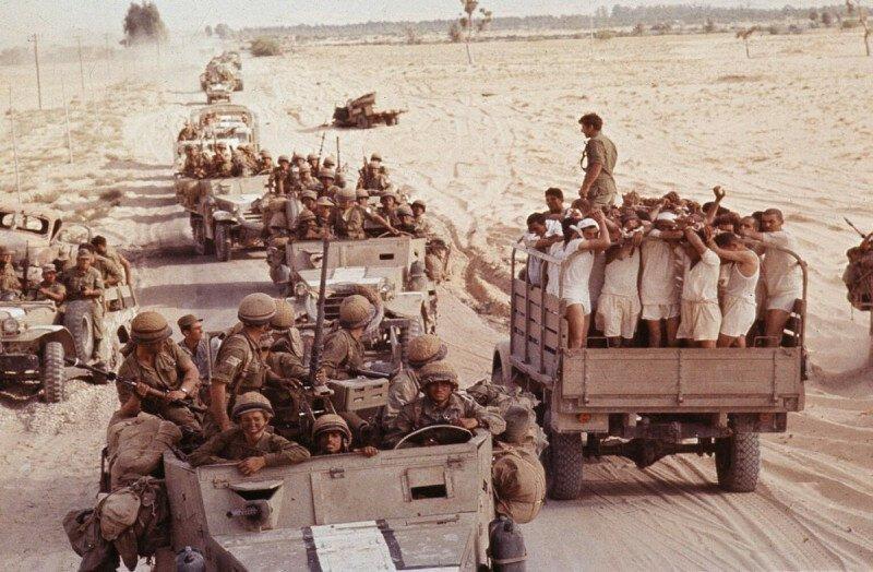 """Грузовик с пленными египтянами едет мимо израильской колонны. Синай. """"Шестидневная война"""". 1967 г. история, ретро, фото"""