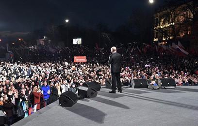 """""""Я вас крепко обнимаю"""": Путин поблагодарил крымчан за воссоединение с Россией"""