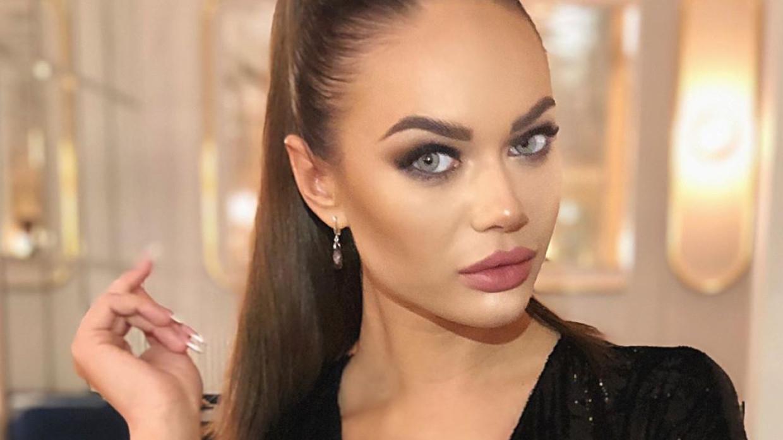 «Бомбическая»: Яна Кошкина не уместила грудь в сценический костюм Шоу-бизнес