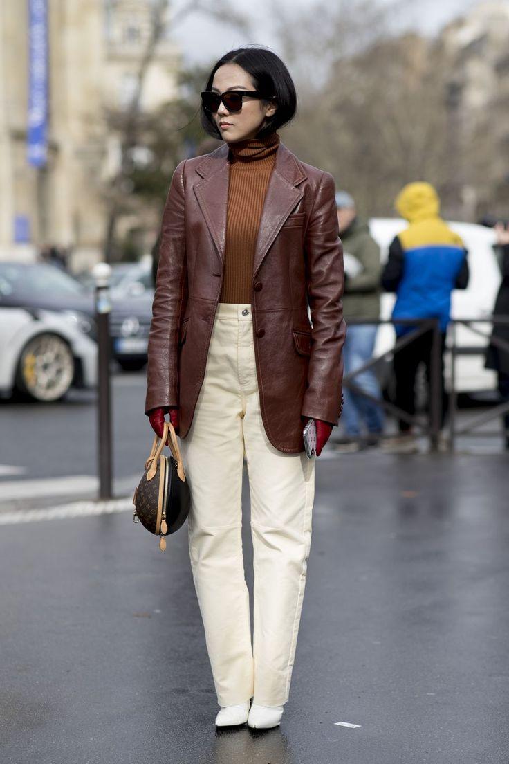 Девушка в белых прямых джинсах, коричневая водолазка и кожаный жакет