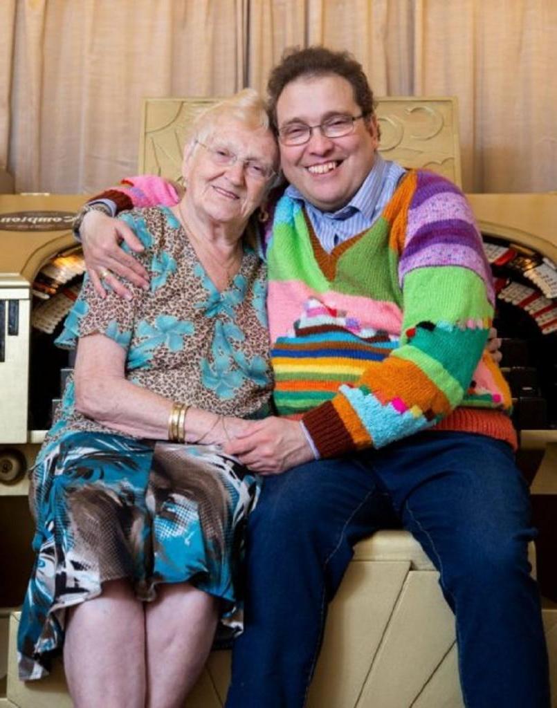 Любовь с первого взгляда: ей 83 года, а ему 40, и они вместе уже 16 лет