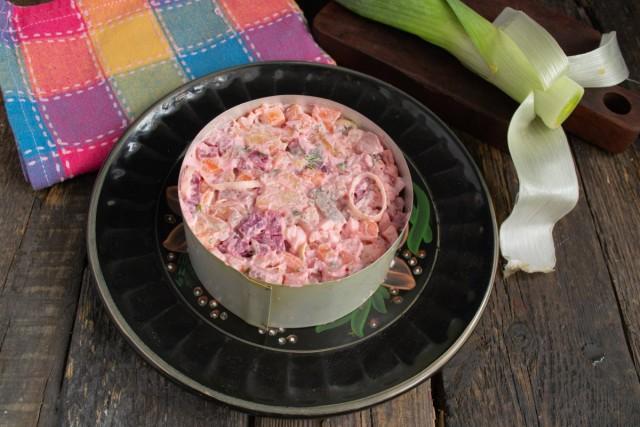 Заполняем салатом кулинарное кольцо