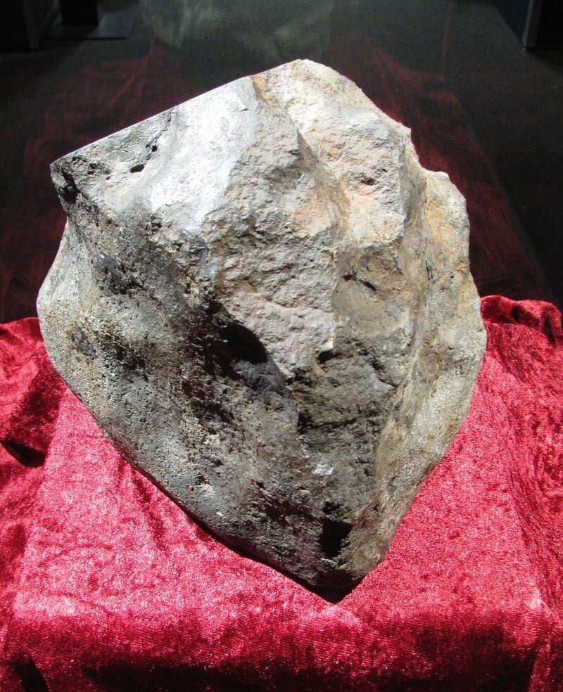 12. Мужчина 30 лет подпирал дверь камнем, а потом узнал, что это был самый настоящий метеорит в мире, везение, жизнь, история, люди, находка, удача