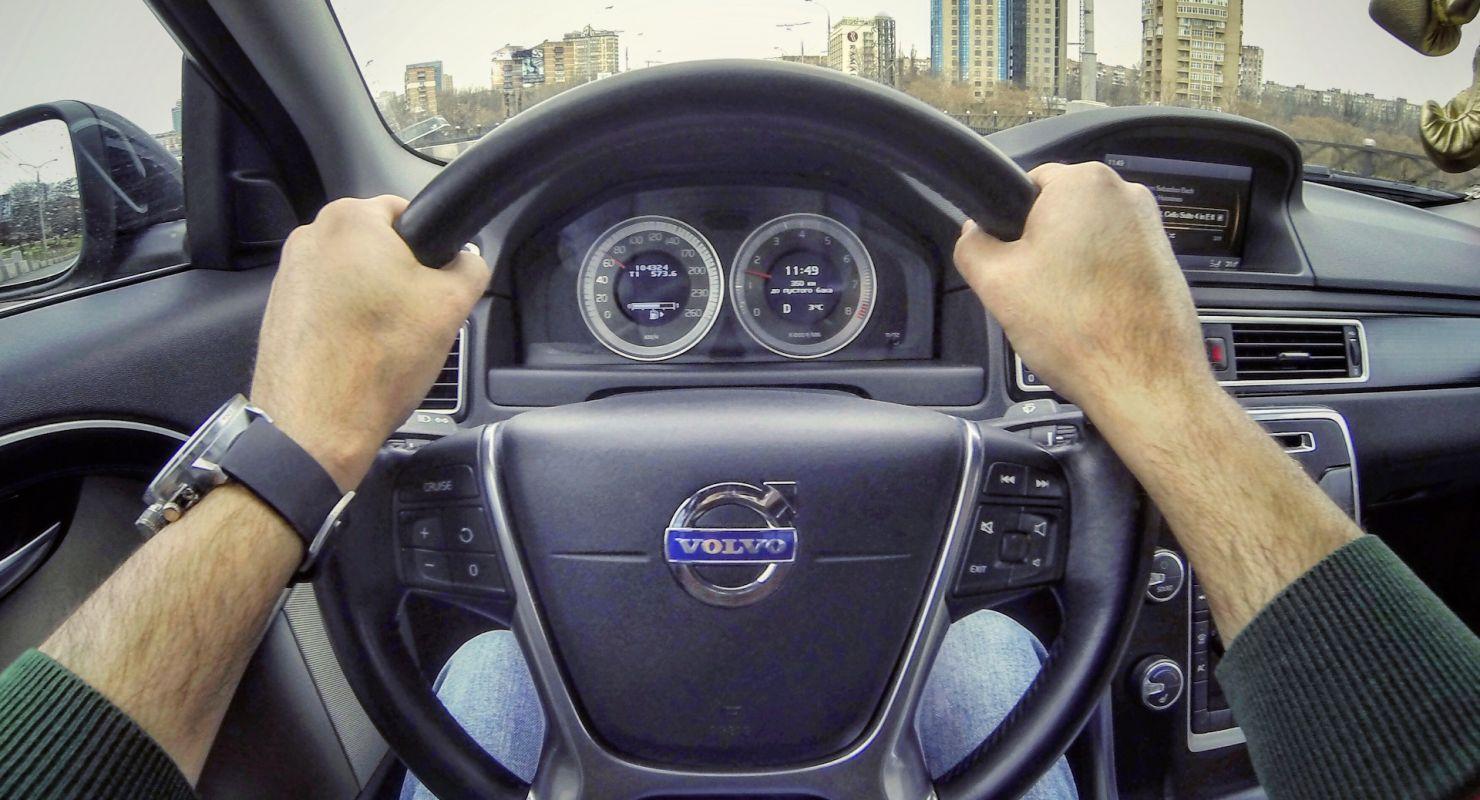 Что можно узнать про водителя по положению рук на руле Автограмота
