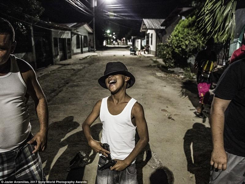 Мальчик хвастается двумя пистолетами, Гондурас в мире, дети, жизнь