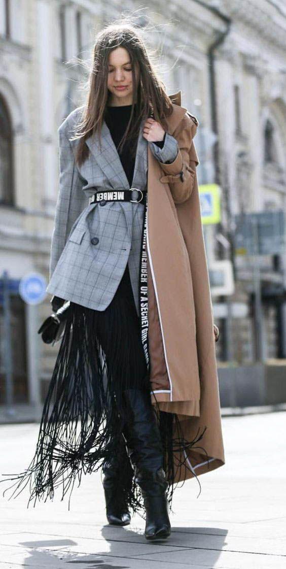 Девушка в скинни, серый блейзер с поясом и классическое бежевое пальто
