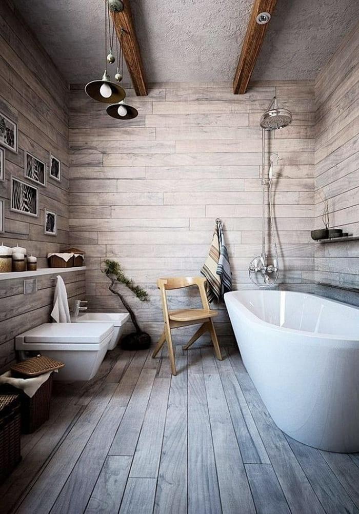 Необычное использование оригинальных светильников в интерьере ванной в стиле шале