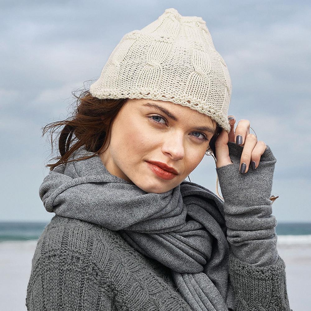 Белая шапочка с «косами»