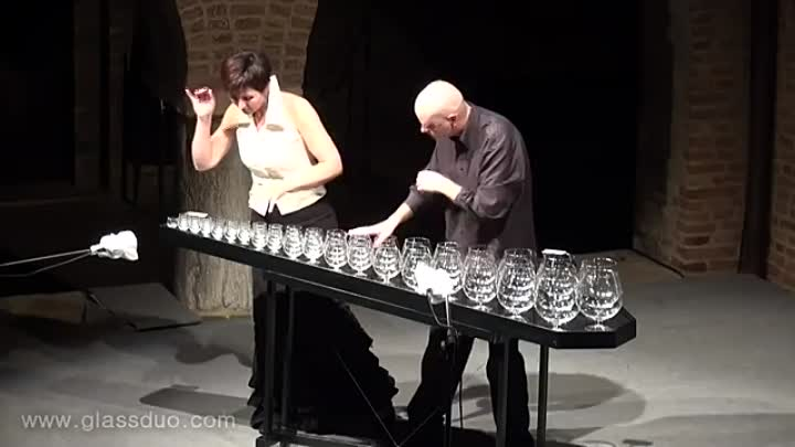 GlassDuo — коллектив, который шедеврально исполняет Чайковского на бокалах!