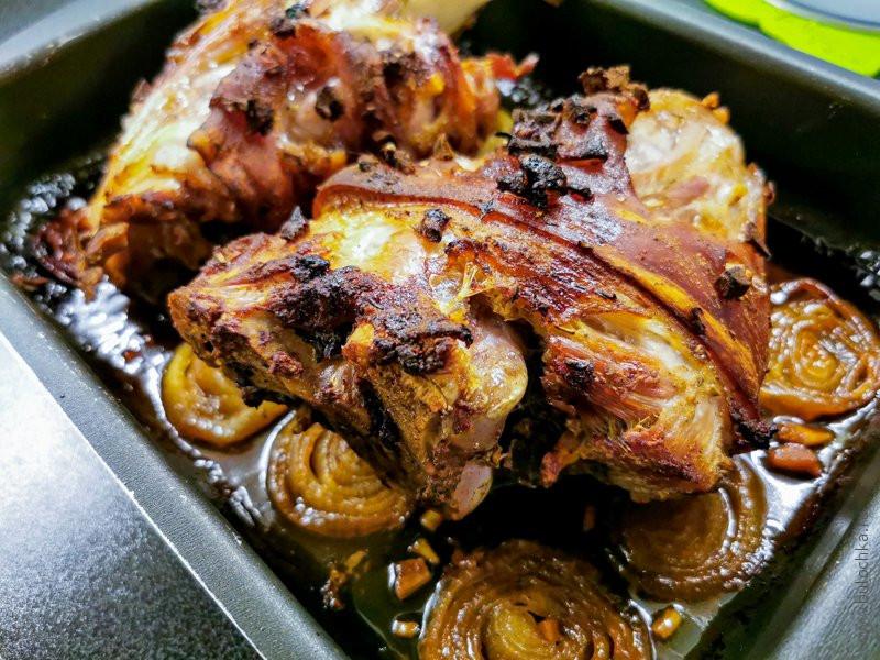 Свиная рулька в духовке на луковой подушке мясные блюда