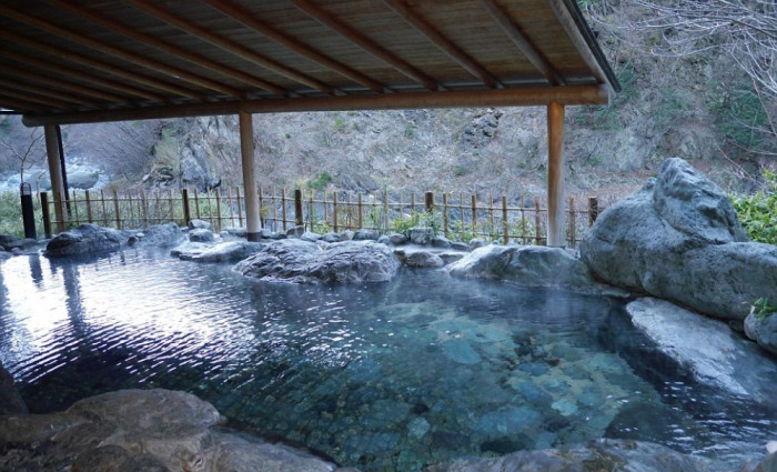 Принимая горячие ванны, можно любоваться шикарными видами и слушать шум пресной воды.