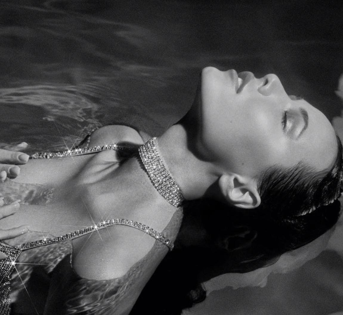 Платье Анастасии Решетовой слишком промокло в воде, и люди стали обсуждать замысел звезды Культура