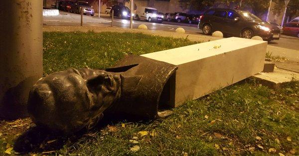 Хорват сломал ногу, когда валил антифашистский памятник