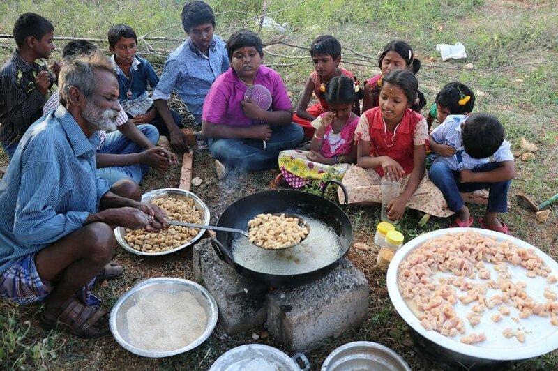 Повар каждый день готовит бесплатное угощение для тех, кто не может себе позволить посещение его кафе добро, доброта, животные, люди, поступок, спасение, человечность