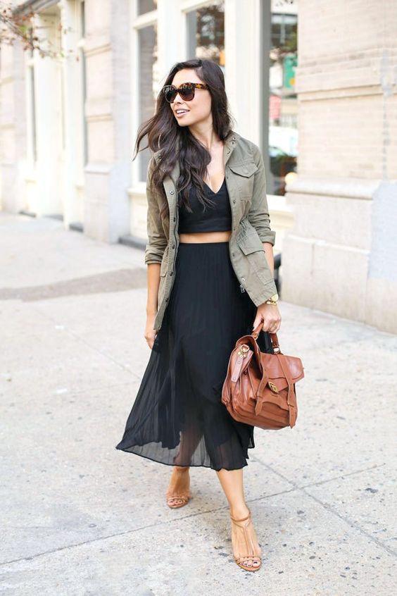 Девушка в черной легкой юбке миди, топ и блейзер в стиле милитари