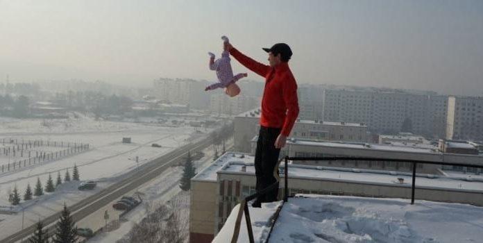Отец издевался над своим сыном-младенцем ради захватывающих фото и видео