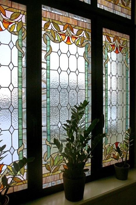 Витраж добавляет красок и волшебства в интерьер. / Фото: mydesignclub.info