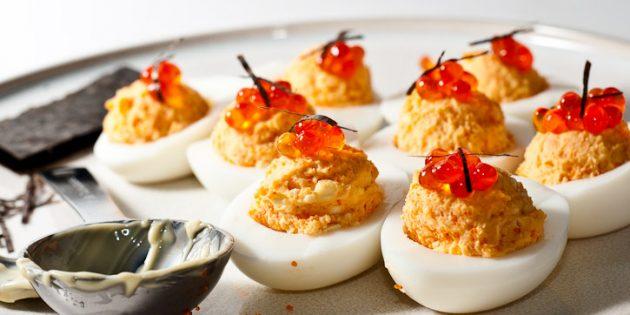 Фаршированные яйца с красной рыбой и икрой