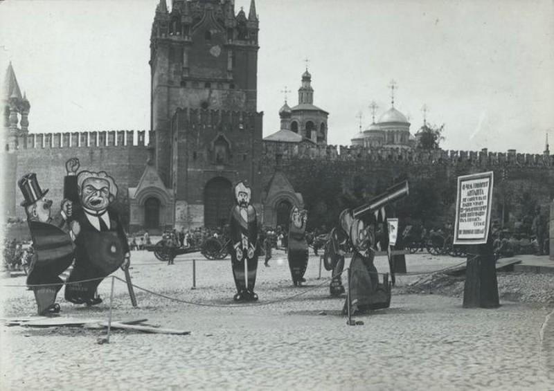 Фанерные карикатуры на буржуев на Красной площади, 1 сентября 1921 года, Москва история, картинки, фото