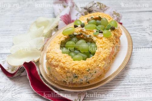Желтки натереть на мелкой терке и посыпать ими салат. Украсить по своему вкусу и подать к столу.