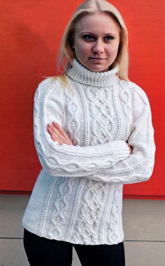 Белый свитер с аранскими узорами