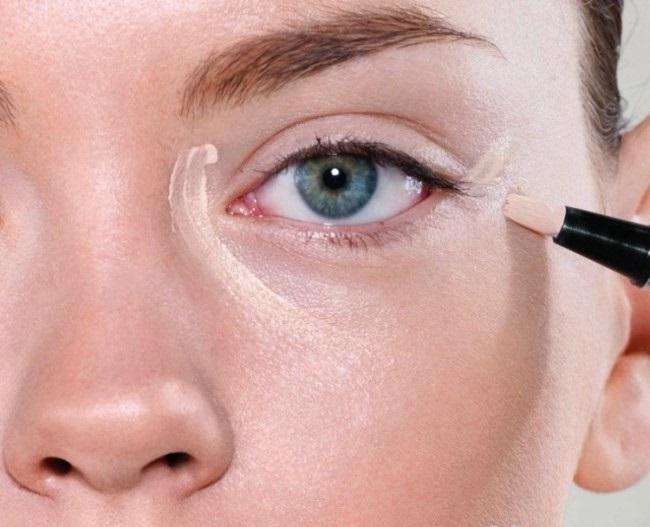 Консилер: виды и особенности подбора средства, помогающего скрыть синяки под глазами.