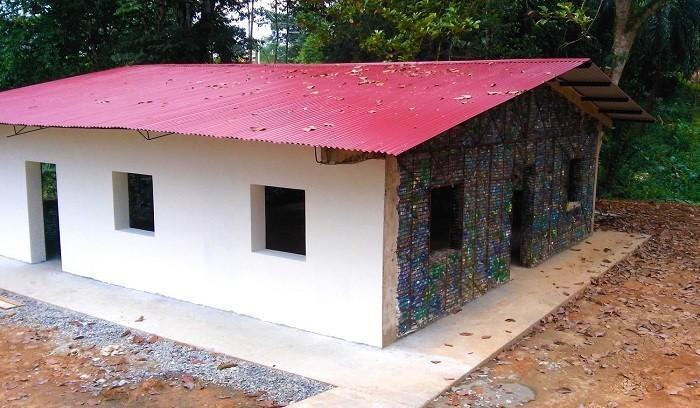 Эко-деревня, где все дома построены из использованных пластиковых бутылок