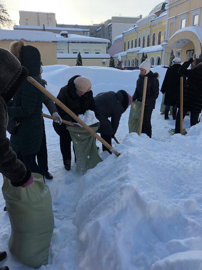 В Саратове уволили чиновницу заставившую учителей на морозе убирать снег в мешки