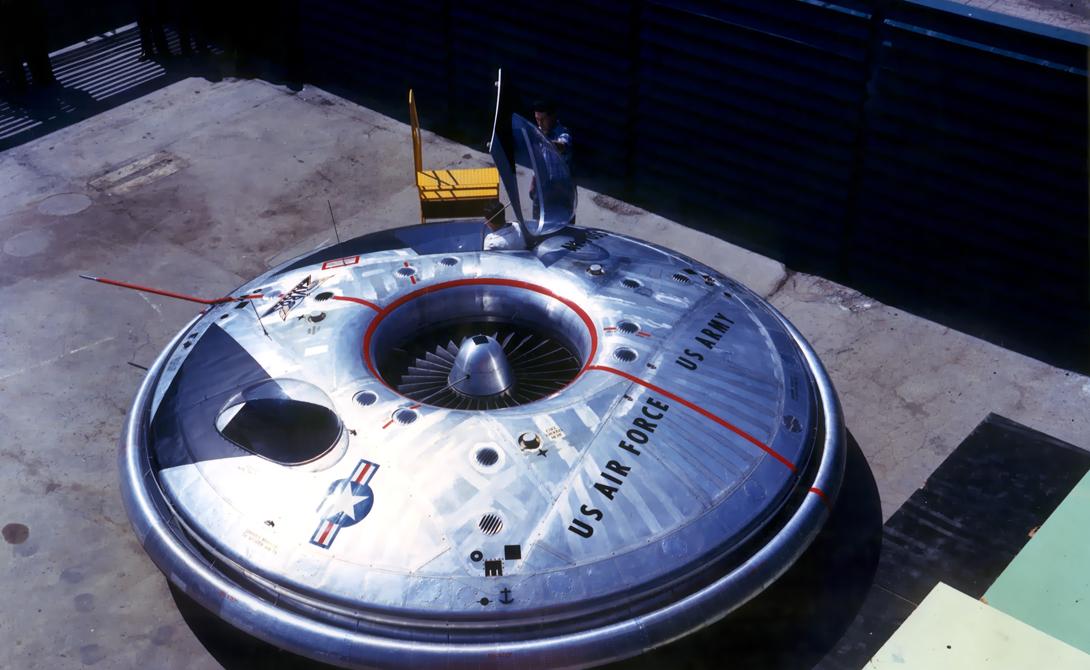 VZ9 Avrocar VZ9 был результатом эксперимента, проведенного Avro Canada совместно с американскими военными. Конструкторы рассчитывали получить стелс-самолет, способный подниматься на высоту в 32 километра и двигаться при этом со скоростью, превышающей 2 маха. Непонятно, где именно просчитались инженеры, но готовый к испытаниям Avrocar с трудом осваивал пару метров вверх, а скорость развивал в целых 12 км/ч.