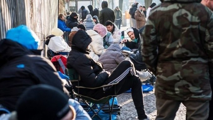 В Берлине выстроилась огромная очередь за кроссовками со встроенным проездным берлин, в мире, кроссовки, люди, обувь, очередь, проездной