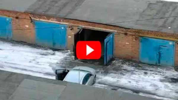 Девушка ставит машину в гараж! С ума сойти!