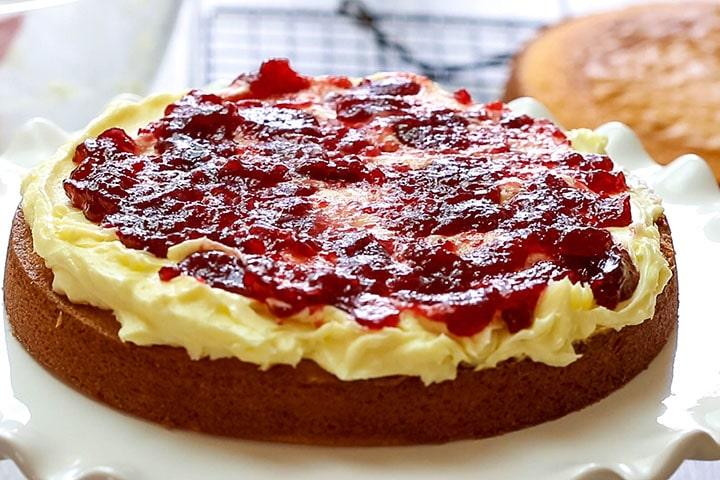 Торт из варенья на кефире: рецепт для духовки и мультиварки
