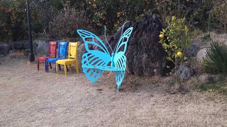 Оригинальная скамья-бабочка из листового металла
