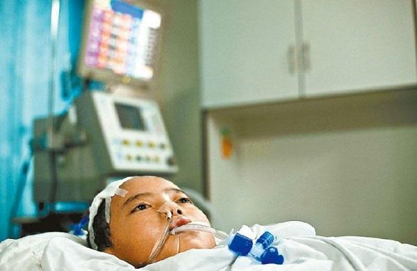Узнайте причину, почему врачи склонили голову перед умершим мальчиком