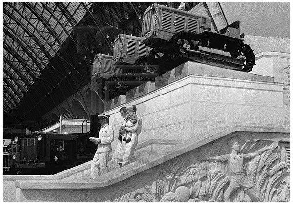 Трактор Сталинец, павильон Механизация и электрификация сельского хозяйства СССР, 1939 г. Автор фото: Марков-Гринберг Марк