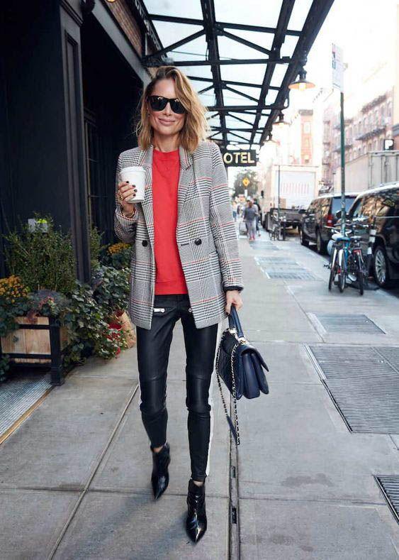 Девушка в кожаных узких штанах, красный свитшот и серый блейзер в клетку, черные ботильоны