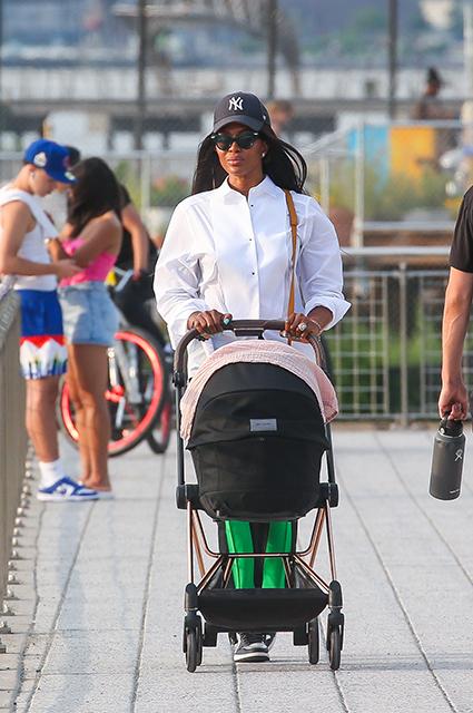 Наоми Кэмпбелл впервые замечена на прогулке с двухмесячной дочерью: фото Звездные дети