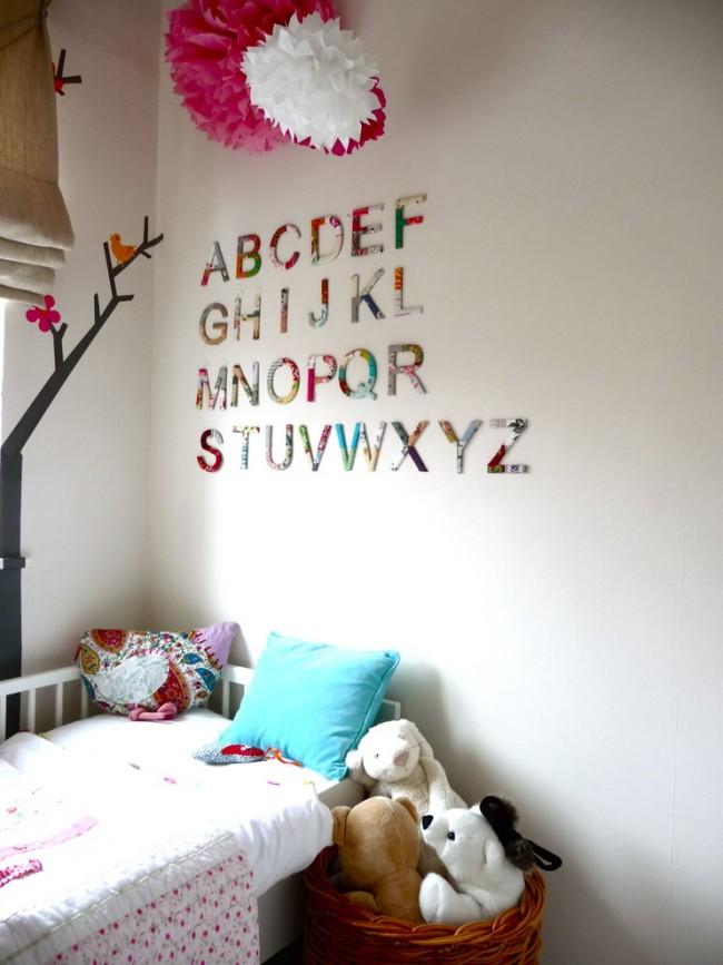 Английский алфавит из цветного текстиля в детской комнате