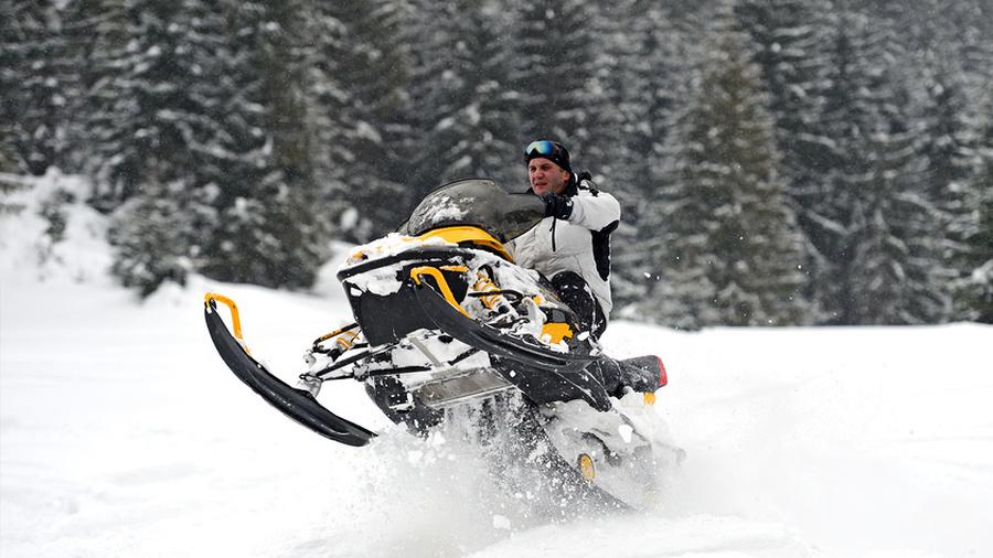 Человек и снегоход