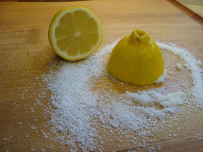 Чистим разделочную доску солью и лимоном.