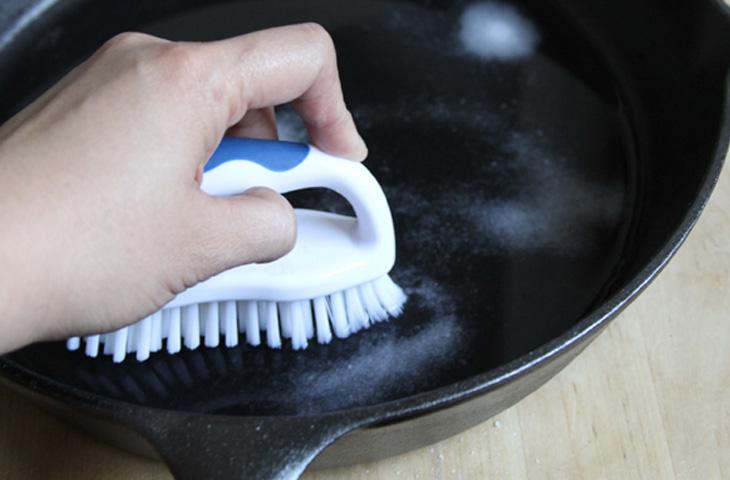 6 способов очистить чугунную посуду