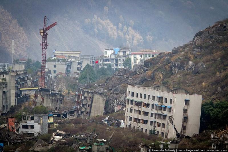 Здесь погибли десятки тысяч... Прогулка по городу после землетрясения