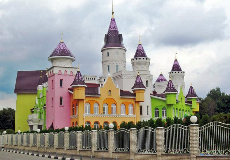 Иностранцы поражены подмосковным детским садом в виде замка