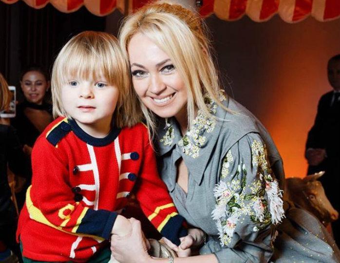 «Вызывает отвращение»: поклонники раскритиковали Рудковскую и ее младшего сына за участие в новом клипе Киркорова