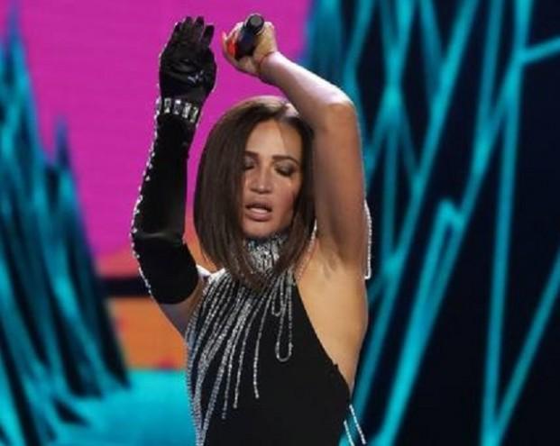 Бузова упала со сцены на «Новой волне» в Сочи