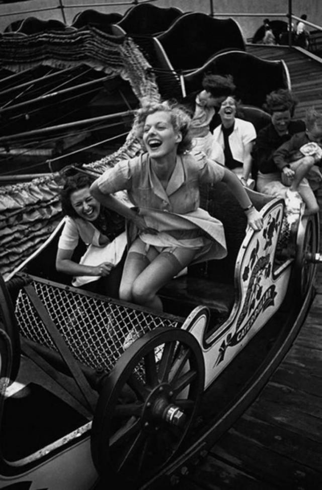 Девушка выходит из аттракциона во время ярмарки в Саутенд–он–Си, 1938 год история, картинки, фото